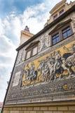 Openbare straatmening van het grootste porseleinkunstwerk in de wereld Furstenzug - Optocht van Prinses in Dresden, Duitsland royalty-vrije stock afbeeldingen
