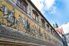 Openbare straatmening van het grootste porseleinkunstwerk in de wereld Furstenzug - Optocht van Prinses in Dresden, Duitsland stock afbeelding