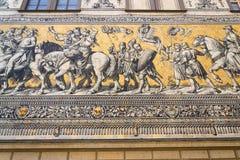 Openbare straatmening van het grootste porseleinkunstwerk in de wereld Furstenzug - Optocht van Prinses in Dresden, Duitsland stock foto