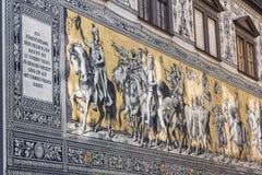 Openbare straatmening van het grootste porseleinkunstwerk in de wereld Furstenzug - Optocht van Prinses in Dresden, Duitsland royalty-vrije stock afbeelding