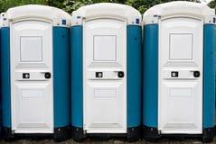 Openbare toilettes buiten stock afbeeldingen