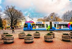 Openbare tram in straat van Riga stock fotografie