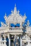 Openbare witte tempel met duidelijke hemelachtergrond Stock Foto's