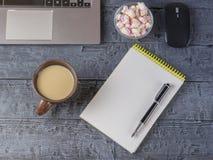 Opende het notitieboekje, laptop, de vulpen, de muis en de heemst op een donkere houten lijst De ontwerper van de werkplaats Royalty-vrije Stock Foto