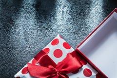 Opened把与被栓的弓的礼物装箱在黑背景celebrati 免版税库存图片