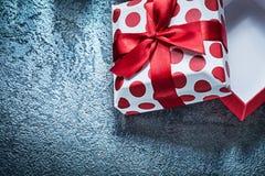 Opened把与被栓的弓的礼物装箱黑背景假日 免版税库存照片