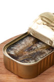 Opened能在木板的沙丁鱼 免版税图库摄影