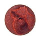 Opened kan av tomatdeg på en vit bakgrund Arkivfoton