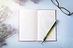 Opened notebook with pen Royalty Free Stock Photos