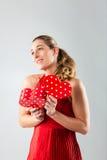 Openen van de vrouw huidig voor valentijnskaartendag Royalty-vrije Stock Fotografie