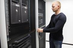 Opening Server Rack för datortekniker dörr i datorhall Arkivbilder