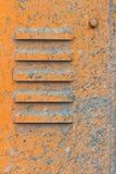 Openingen op de gele metaalplaat met plonsen van cement Stock Fotografie