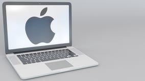 Openings en sluitende laptop met Apple Inc embleem op het scherm De moderne ingang van de Bouw van het Bureau moderne laptop die  stock footage