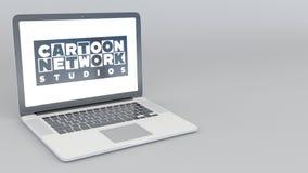 Openings en sluitende laptop met Cartoon Network-Studio'sembleem 4K redactieanimatie royalty-vrije illustratie