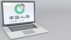 Openings en sluitende laptop met de Verzekeringsmaatschappijembleem van China Life op het scherm Conceptuele computertechnologie vector illustratie