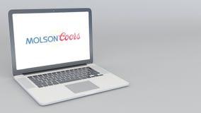 Openings en sluitende laptop met het embleem van Molson Coors Brewing Company 4K redactieanimatie vector illustratie