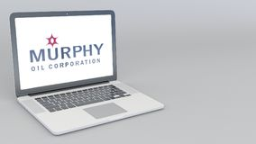 Openings en sluitende laptop met Murphy Oil-embleem 4K het redactie 3D teruggeven Stock Foto's
