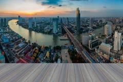 Openings houten vloer, mooie zonsondergang bij de gebogen horizon van Bangkok rivier Royalty-vrije Stock Foto