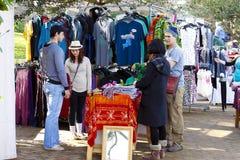 In openlucht ambachtmarkt stock afbeeldingen