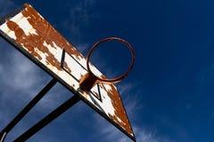 In openlucht basketbal met een blauwe hemel royalty-vrije stock afbeeldingen