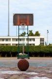 In openlucht basketbal op oude gebroken vloer Stock Afbeelding