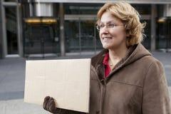 Openlucht bedrijfsvrouw met leeg horizontaal teken Stock Fotografie