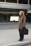 Openlucht bedrijfsvrouw met lege tekenverticaal Stock Afbeeldingen