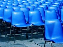 Openlucht bioskoop blauwe zetels Stock Afbeelding