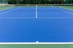 In openlucht blauwe tennisbaan en netto stock foto