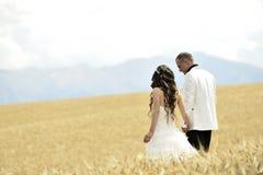 Openlucht Bruid en Bruidegom Stock Foto's