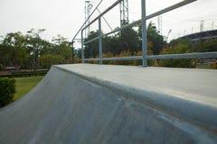 Openlucht concrete skateboardhelling Royalty-vrije Stock Afbeelding