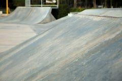 Openlucht concrete skateboardhelling Stock Foto's