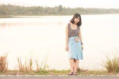 Openlucht de wegkant van portretvrouwen Stock Foto