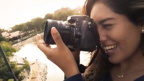 Openlucht de zomer het glimlachen levensstijlportret van vrij jonge vrouw die pret in de stad die van Lima hebben beelden nemen stock afbeeldingen