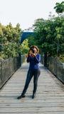 Openlucht de zomer het glimlachen levensstijlportret van vrij jonge vrouw die pret in de stad die van Lima hebben beelden nemen royalty-vrije stock foto's