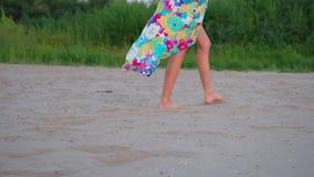 Openlucht de zomerbeeld van jonge mooie vrouwenbenen stock videobeelden