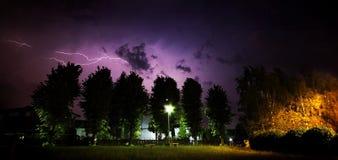 Openlucht de zomeronweer met bliksem Stock Afbeeldingen
