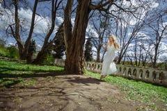 Openlucht de zomerportret van jong vrij leuk meisje Het mooie vrouw stellen op fairytaleschommeling bedekt dichtbij kasteel bij o Royalty-vrije Stock Fotografie