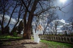Openlucht de zomerportret van jong vrij leuk meisje Het mooie vrouw stellen op fairytaleschommeling bedekt dichtbij kasteel bij o Royalty-vrije Stock Afbeelding