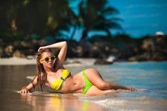 Openlucht de zomerportret van jonge mooie vrouw in bikini dichtbij het overzees bij tropisch strand stock afbeelding