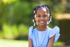 Openlucht dicht omhooggaand portret van een leuk jong zwart meisje - Afrikaans p stock afbeeldingen