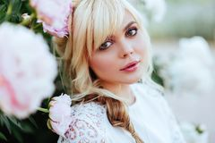 Openlucht dicht omhooggaand portret van mooie jonge vrouw in de bloeiende tuin Het vrouwelijke concept van de de lentemanier stock afbeelding