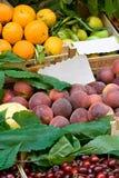 In openlucht fruitmarkt Royalty-vrije Stock Afbeeldingen