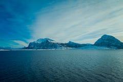 Openlucht gedeeltelijke mening van mooie berg behandeld met sneeuw, het binnen Hurtigruten-gebied in Noorwegen Stock Fotografie
