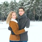 Openlucht gelukkig paar in liefde het stellen in koud de winterweer Stock Fotografie