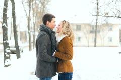 Openlucht gelukkig paar in liefde het stellen in koud de winterweer Stock Foto's
