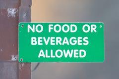 Openlucht groen teken - 'geen toegestaan voedsel of dranken royalty-vrije stock fotografie