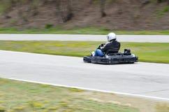 In openlucht het concurrerende gaat -gaan-karts rennen met royalty-vrije stock afbeeldingen