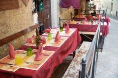 Openlucht het dineren hoekje in Toscanië Stock Afbeeldingen