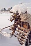 Openlucht houten voorraad met sneeuw Stock Foto